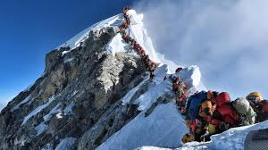 A long queue of people trying to climb Everest
