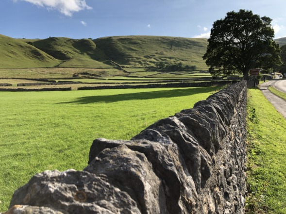 A stone fence and hills in the Peak District