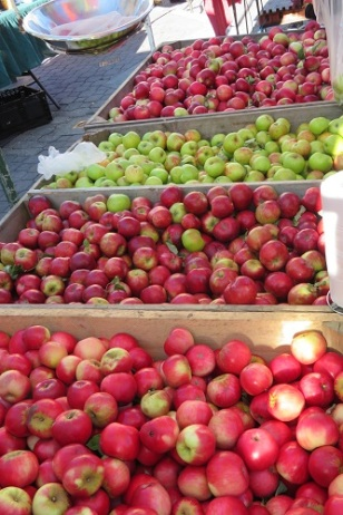 Freshest Tasmanian apples at the Salamanca Markets