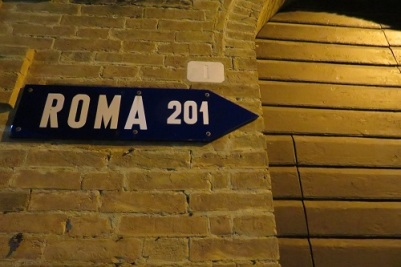 A sign pointing towards Rome