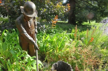 A wooden sculpture of a man with a hoe at the Royal Tasmanian Botanical Gardens