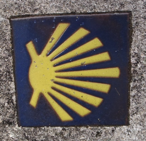 A tile representing the shell logo of camino de santiago